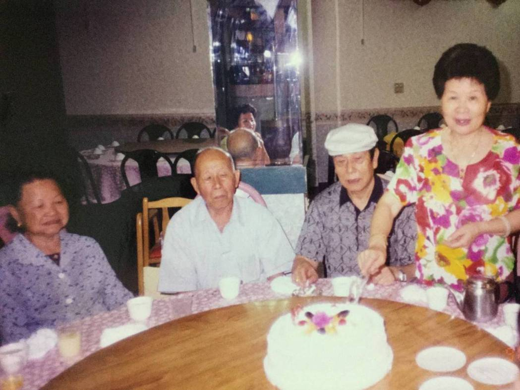 蔡詩萍的父親(右二)與蔡詩萍的外公(左二),翁婿語言不通但感情很好。圖/蔡詩萍提...