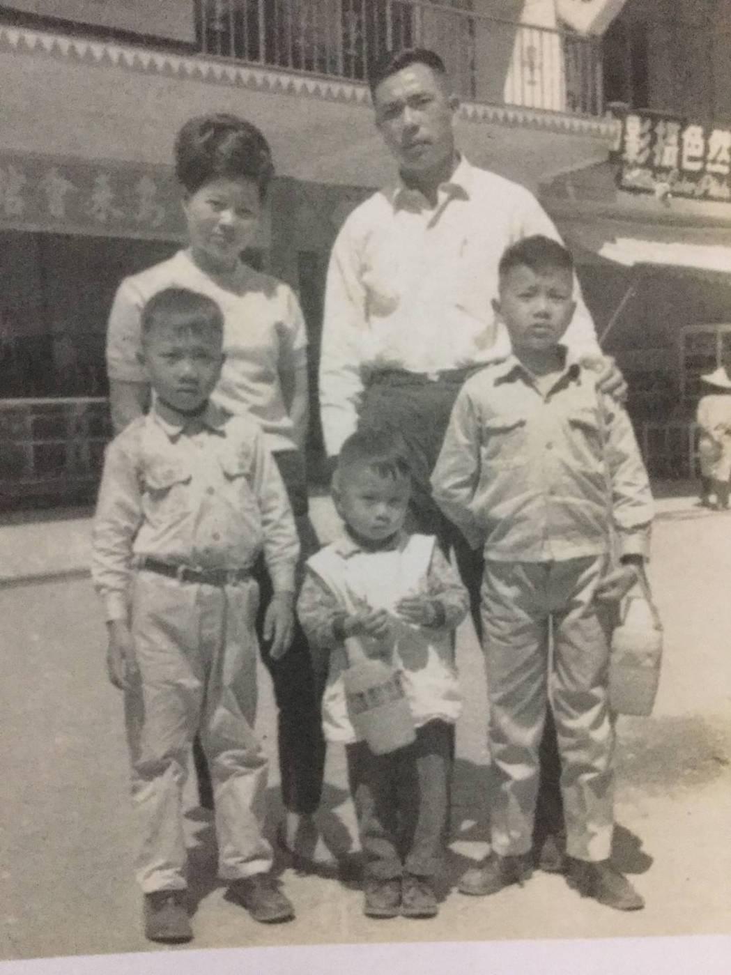 蔡詩萍(右一)與父母及弟弟。圖/蔡詩萍提供