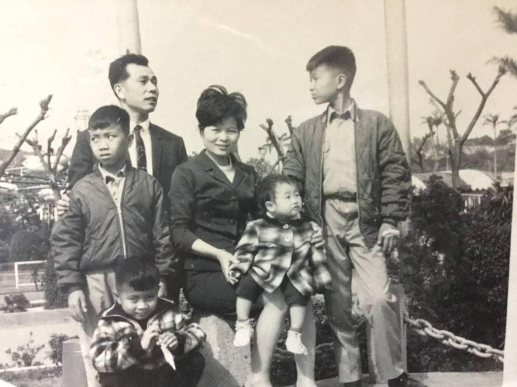 蔡詩萍(右一)與父母及弟妹。圖/蔡詩萍提供