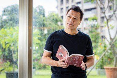 蔡詩萍借著書寫父親的故事,也在反思自己當父親的角色。記者沈昱嘉/攝影