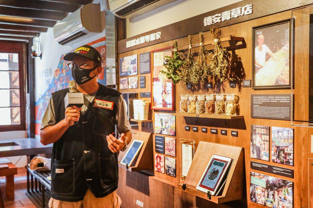 負責《百年匠心特展》採訪店家的特展作家林立青以精彩生動的解說導覽揭開序幕。