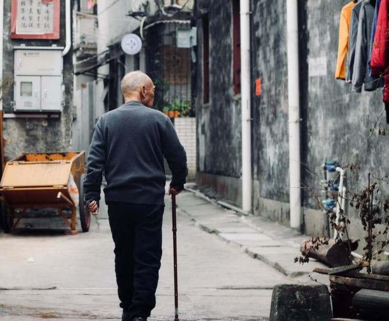 有行動輔具幫忙,讓長輩步行更安全、放心。/圖片來源:pexels