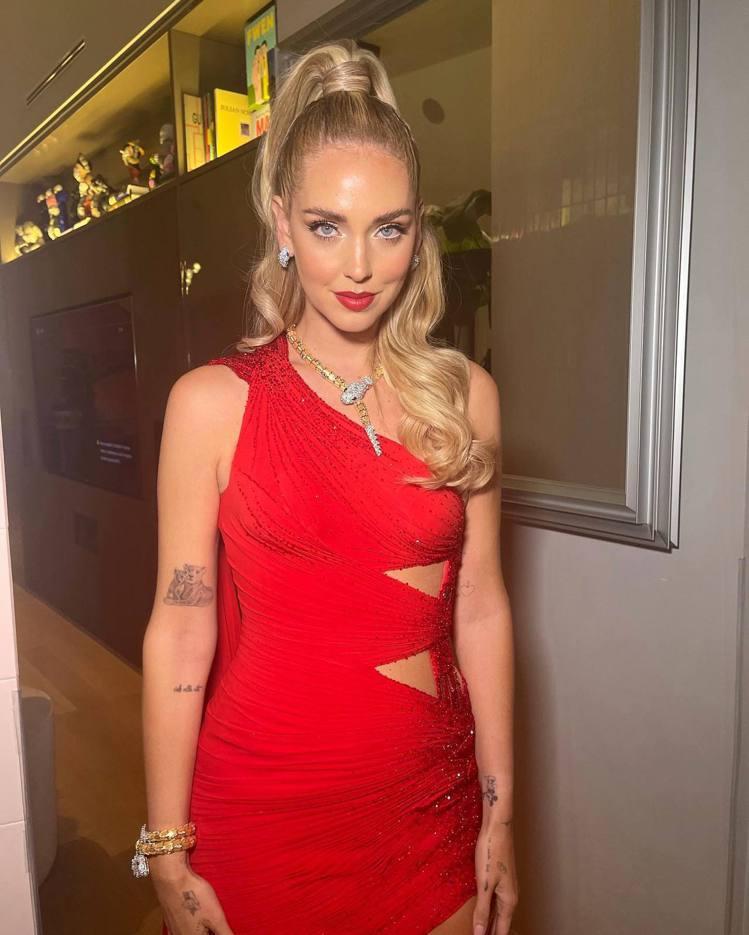 Chiara Ferragni身穿VERSACE禮服,搭配BVLGARI珠寶。圖...