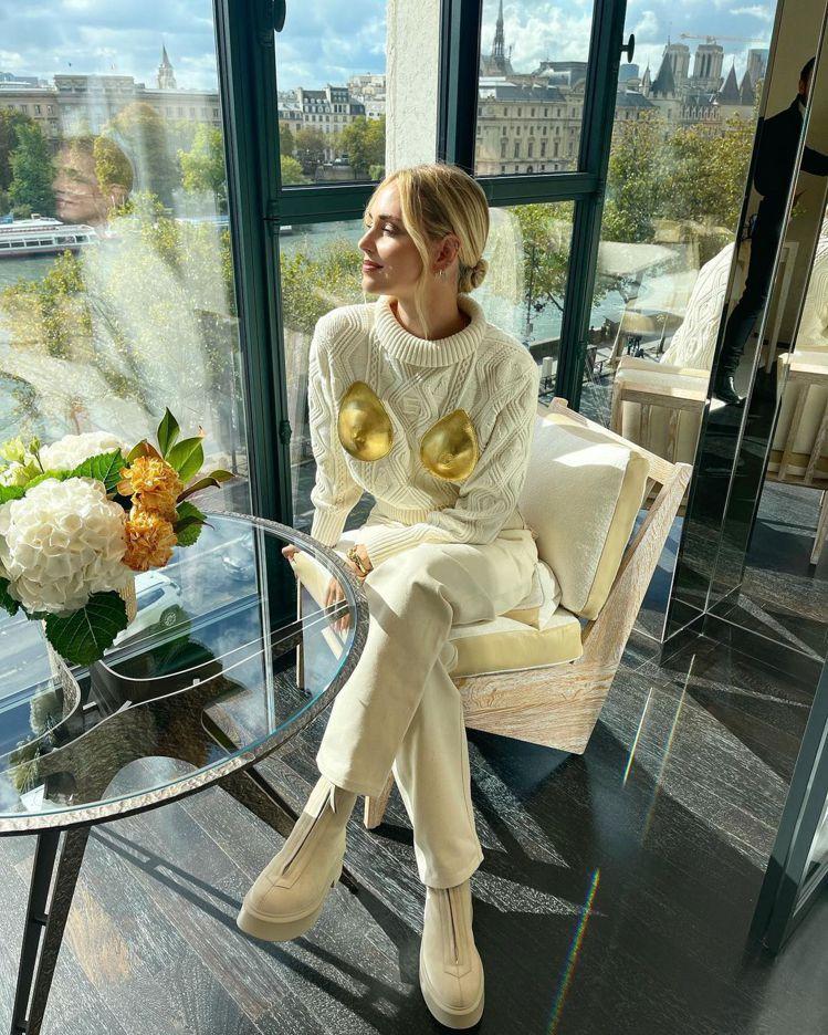 Chiara Ferragni穿著Schiaparelli秋冬系列的米白色羊毛手...