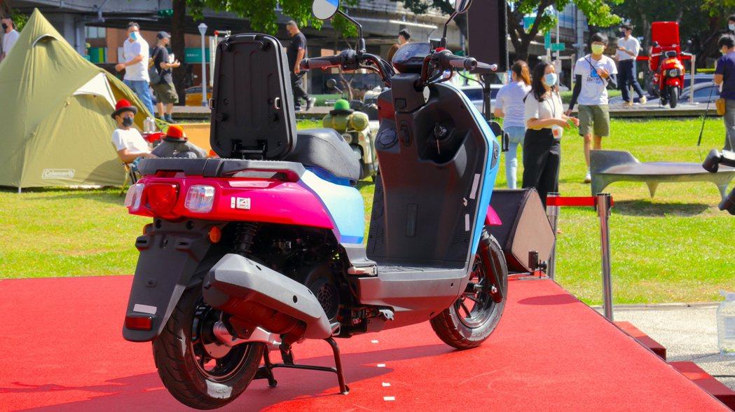 SYM獨家專利翻轉後座墊,載物平台還可以進行擴增。 攝影/陳威志
