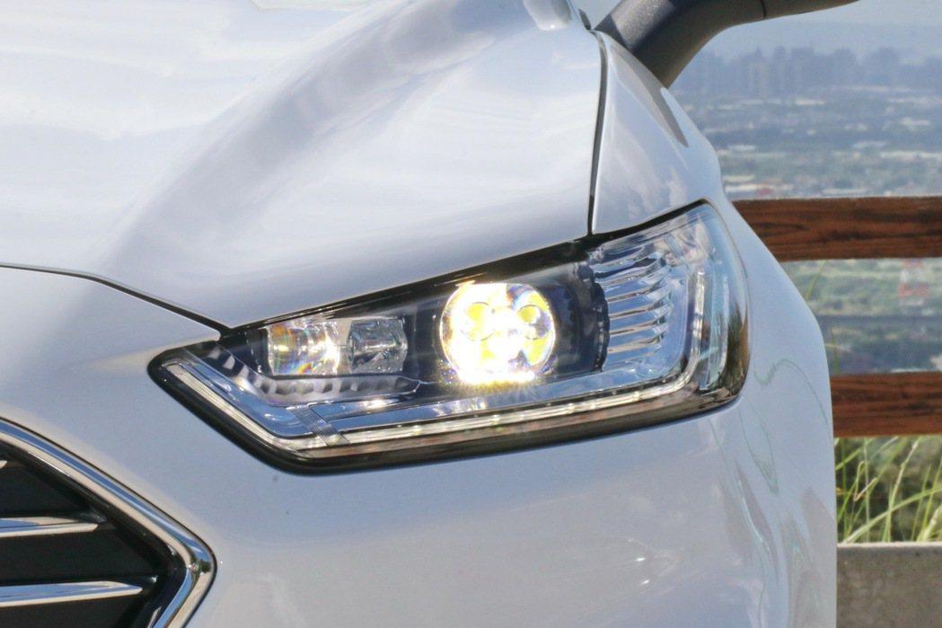 Ford Dynamic LED智慧頭燈。 記者陳威任/攝影