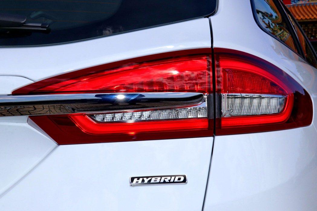全環式LED尾燈為車尾重點,右下角的Hybrid銘牌則彰顯身分。 記者陳威任/攝...
