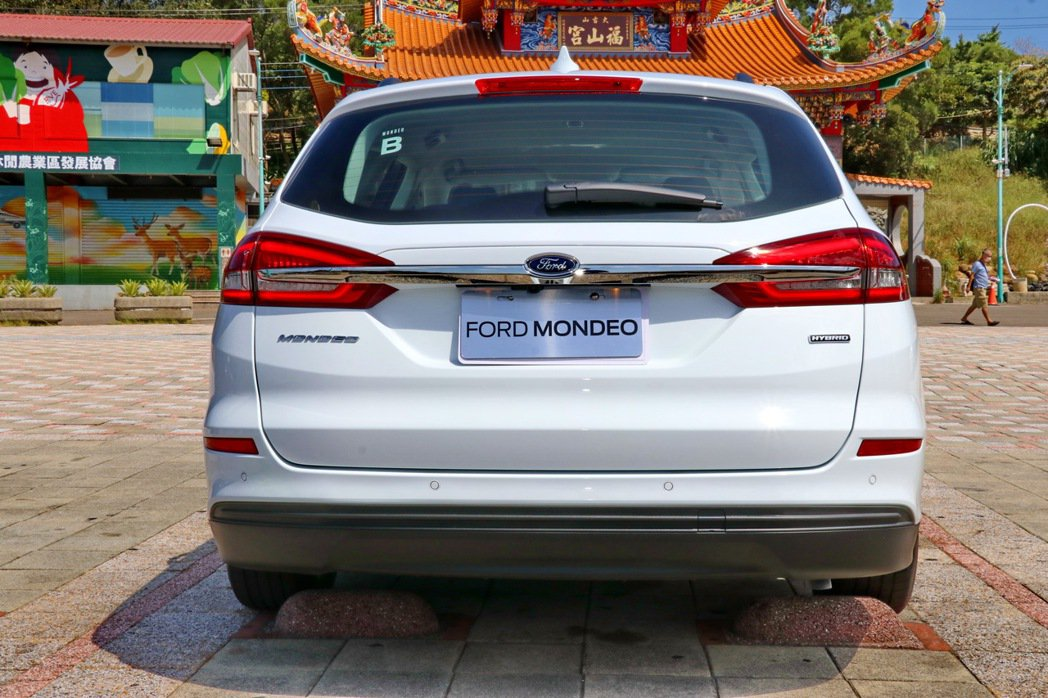 右下角的Hybrid銘牌及隱藏式排氣尾管設計,在在都表現著這是一台油電動力車款。...