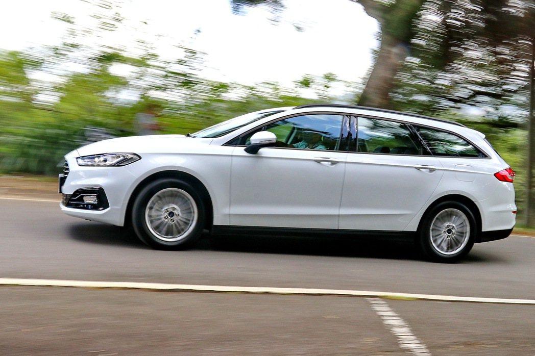 Mondeo Hybrid Wagon不論是高速駕駛或是過彎表現,都讓人信心十足...