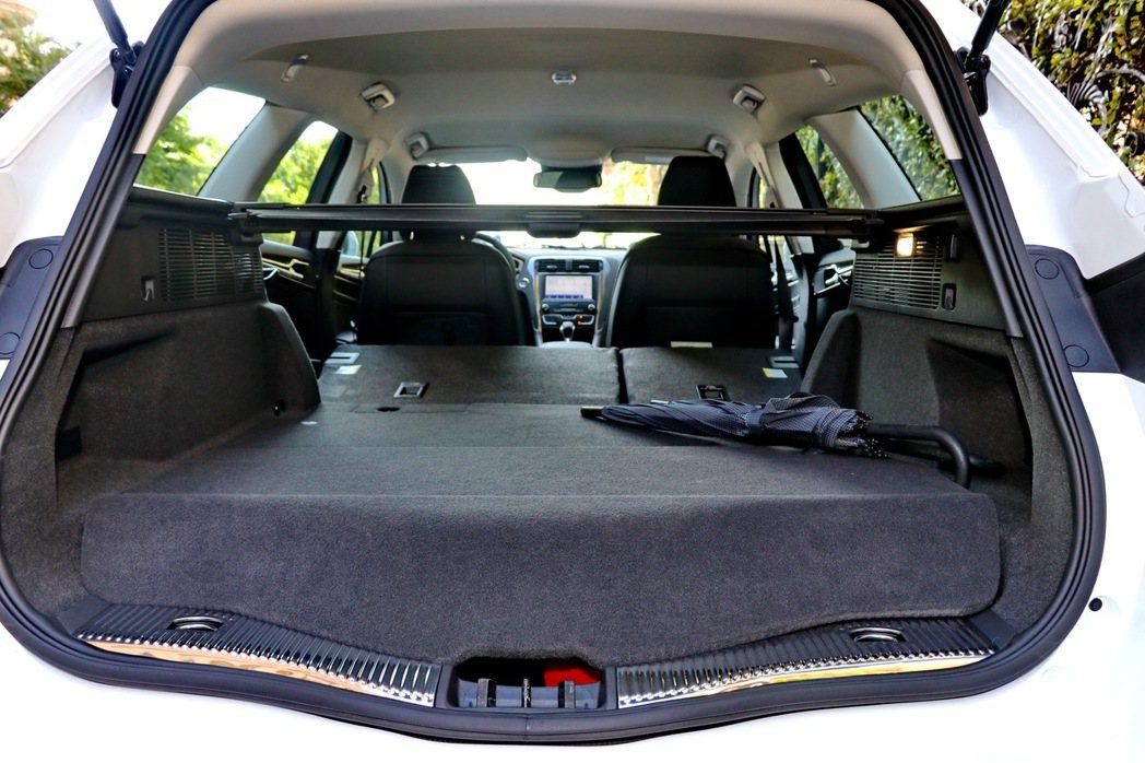 Mondeo Hybrid Wagon雖然略受到電池放置影響,但仍可以創造150...