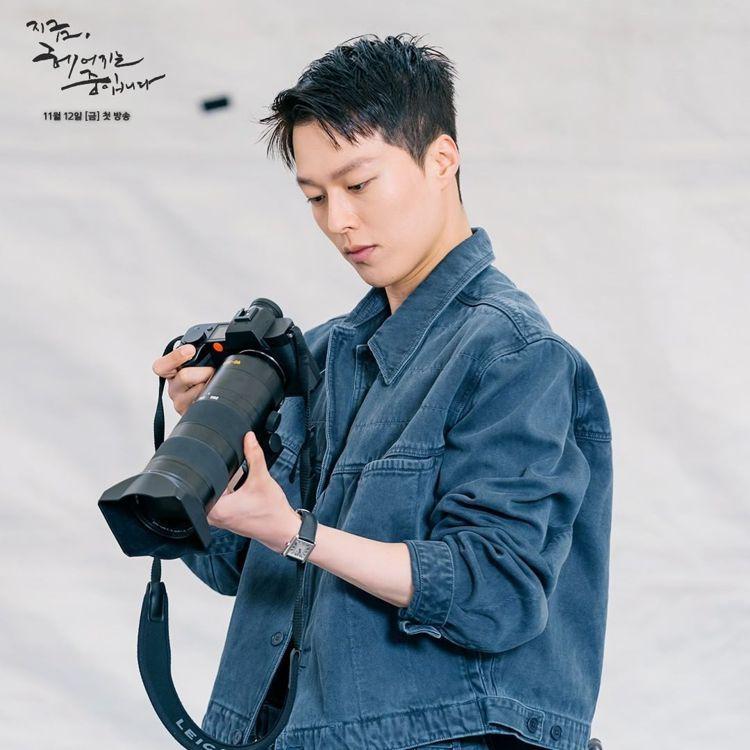 張基龍在《現正分手中》飾演攝影師,劇組曝光他手拿CANON相機、搭配ONA包款的...
