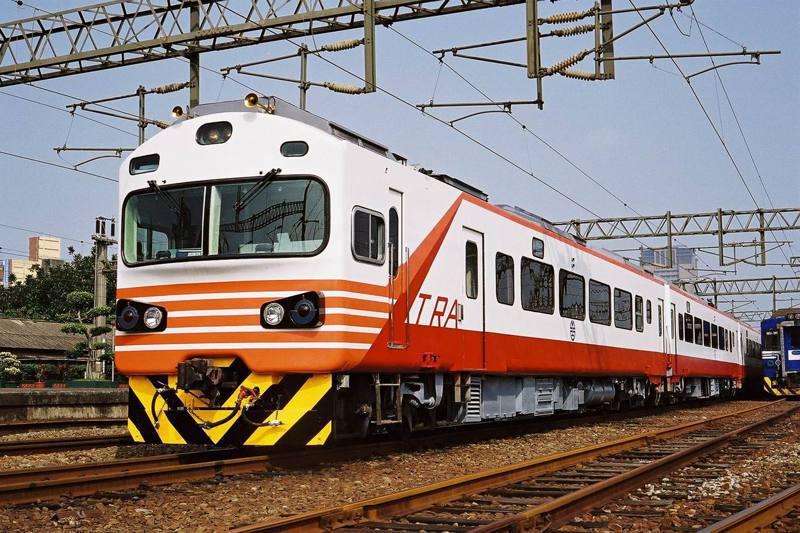 在台奔馳超過35年的「紅斑馬」EMU1200型自強號,是元老級的電聯車,有著紅白相間的特色車頭。圖/台鐵局提供