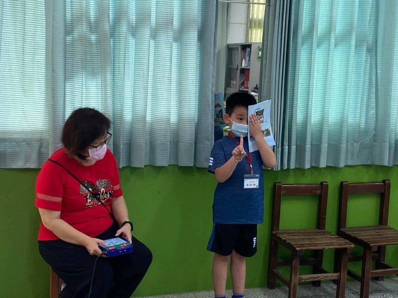 國小各校陸續為孩子安排健康檢查,不少學校發現孩子居家防疫期間,視力不良率明顯增加,牙醫師也提醒,長時間配戴口罩,可能增加蛀牙機率。圖/石榴國小提供