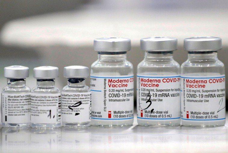 莫德納疫苗(右三瓶)和BNT疫苗(左三瓶)示意圖。 路透