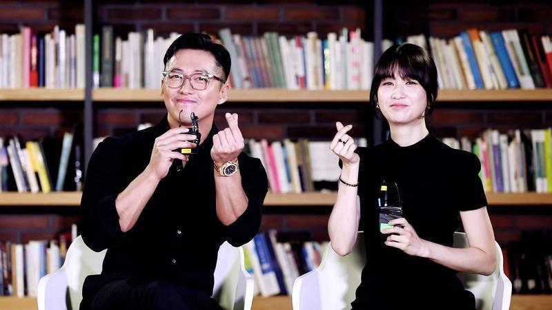南宮珉(左)、朴河宣為「黑色太陽」受訪,並向台灣粉絲問好。圖/friDay提供