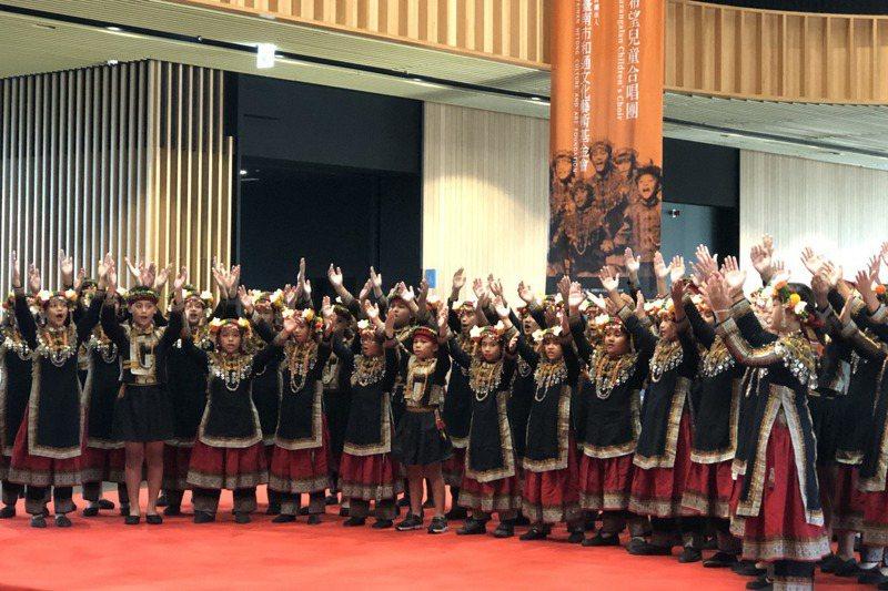 台南國際音樂節在台南市立圖書館永康總館舉辦音樂節,由屏東排灣族的希望兒童合唱團演唱。記者何定照/攝影