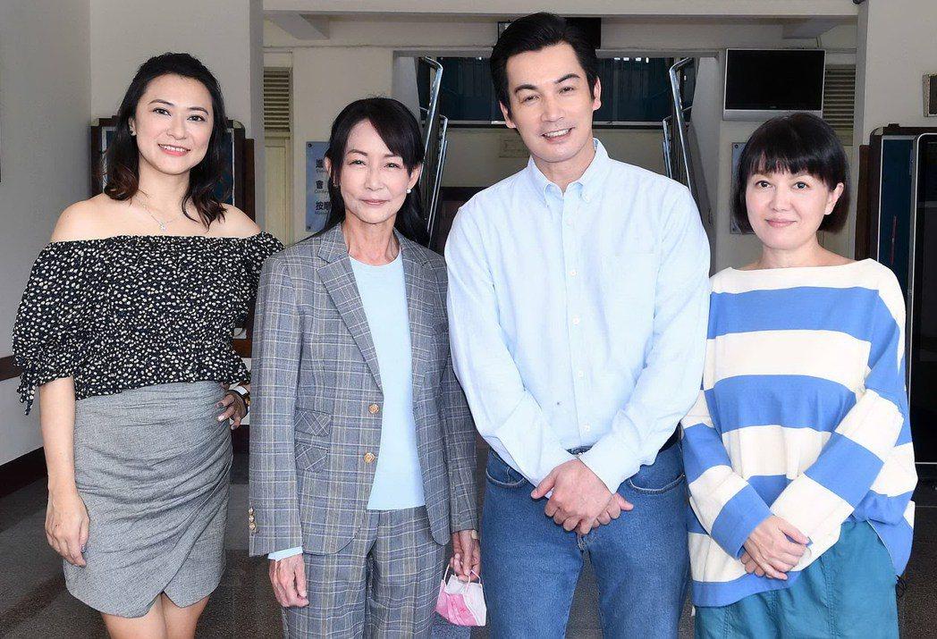 章家瑄(左起)、應采靈、伊正、苗可麗出席「再見之後」開鏡儀式。圖/華視提供
