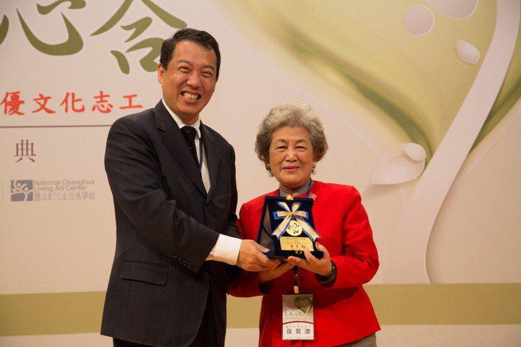2016年獲績優文化志工個人金質獎,由時任文化部次長楊子葆頒獎。(圖/文化部)