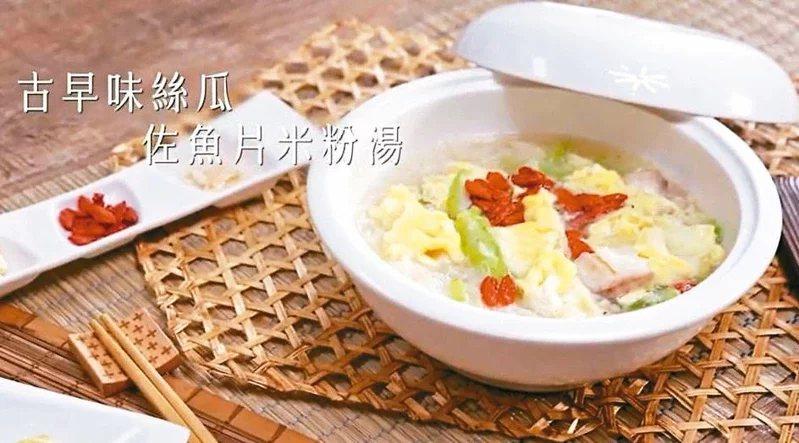 古早味絲瓜佐魚片米粉湯,也可以讓長者輕鬆吃下。  圖/摘自國健署YouTube