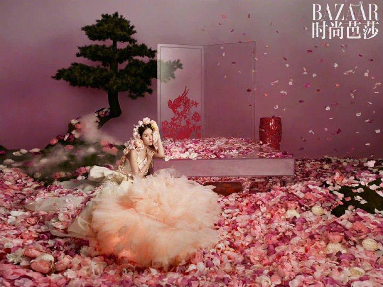 劉詩詩穿Ronald van der Kemp縐紗浪漫裙裝,呈現如詩如畫的情境。...