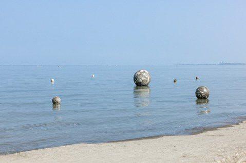 藝術家王煜松《Tide潮汐的網》運用隨潮汐漲退而變動的地貌,感受無形而真實存在的...
