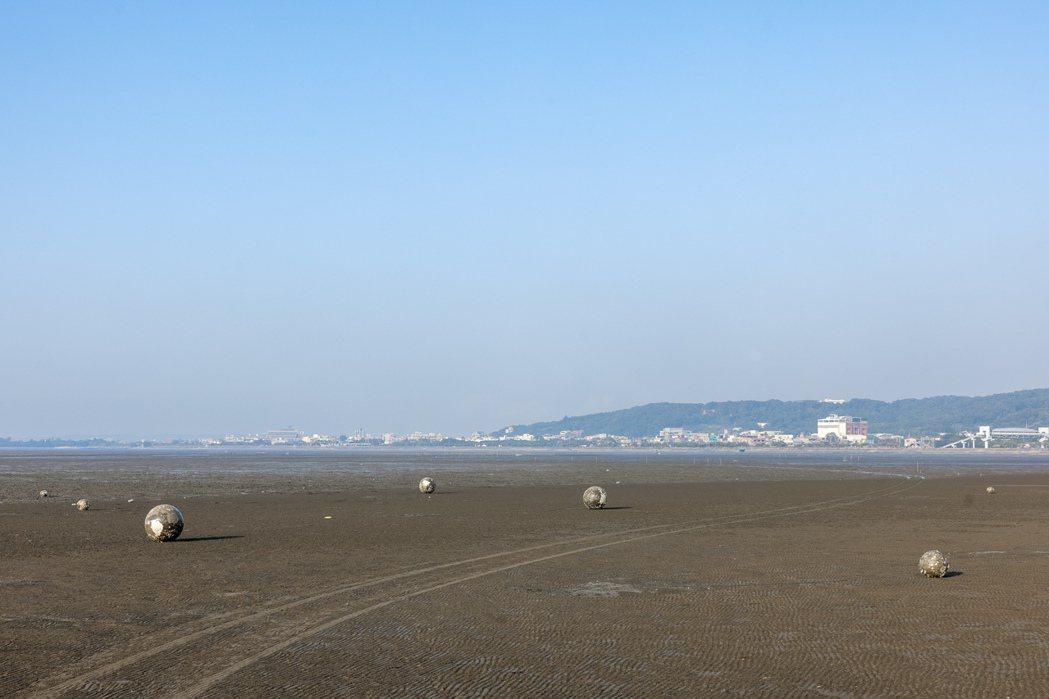 隨著潮汐變化,藝術家王煜松的作品《Tide潮汐的網》時而浸於水中、時而位於陸地。...