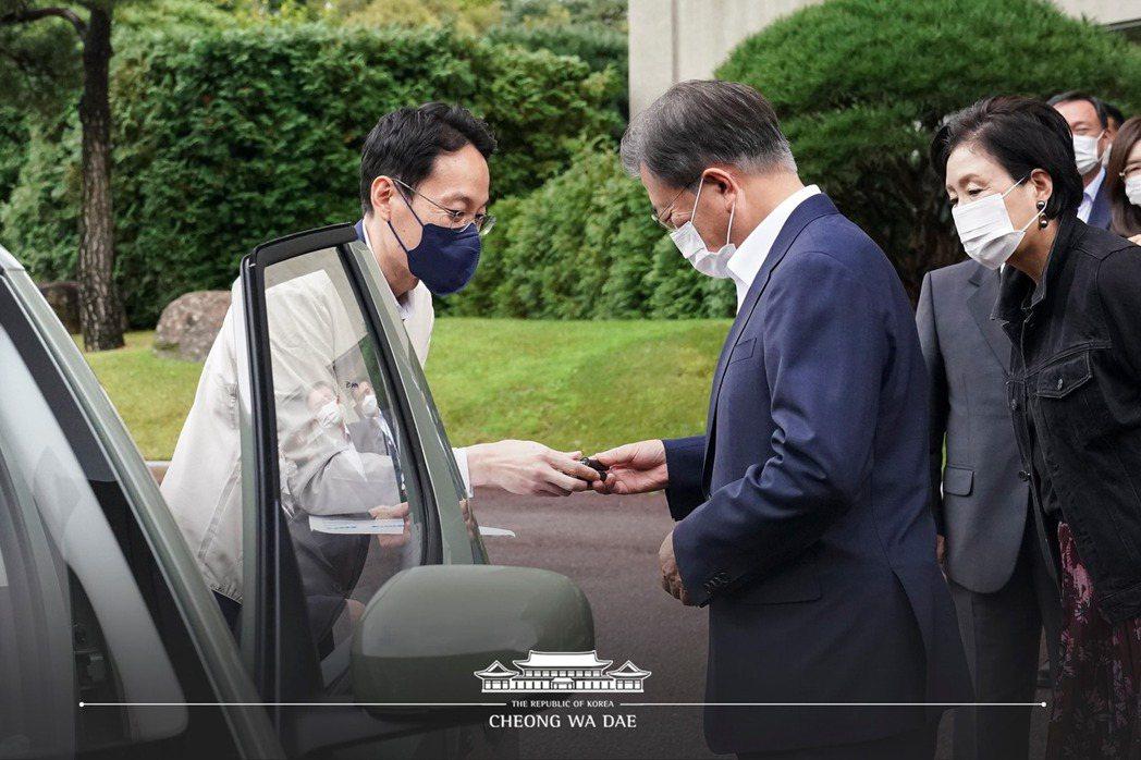 韓國總統文在寅所預購的Hyundai Casper在6日交車了。 摘自青瓦台官方...