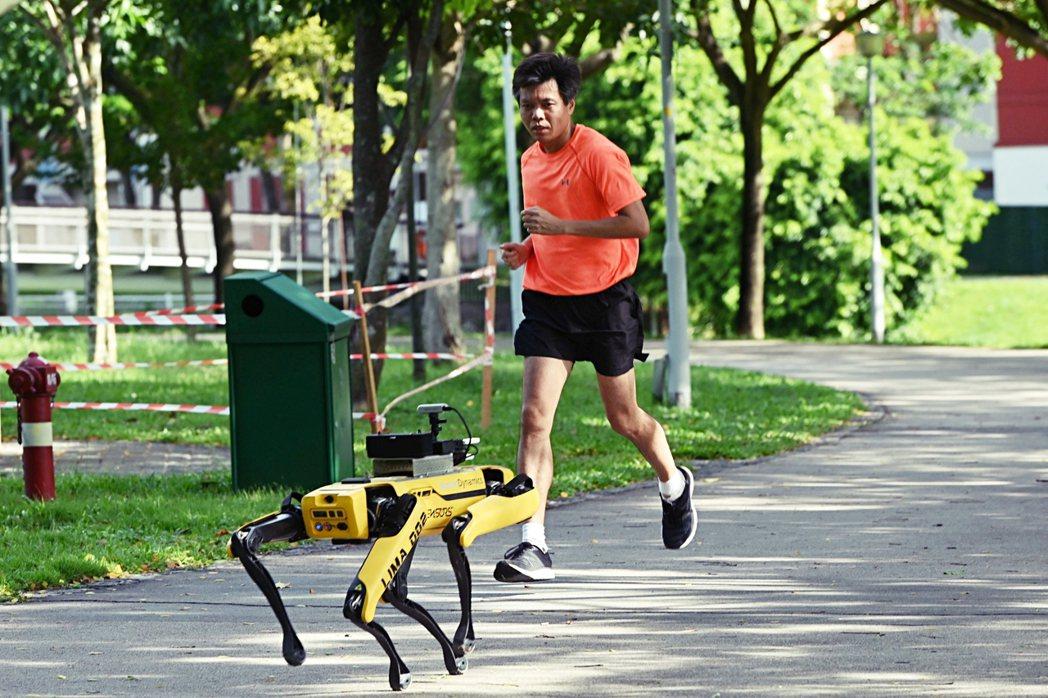 新加坡在2020年4月也派出名為Spot、具有四隻腳的無頭機器人在公園和花園等公...