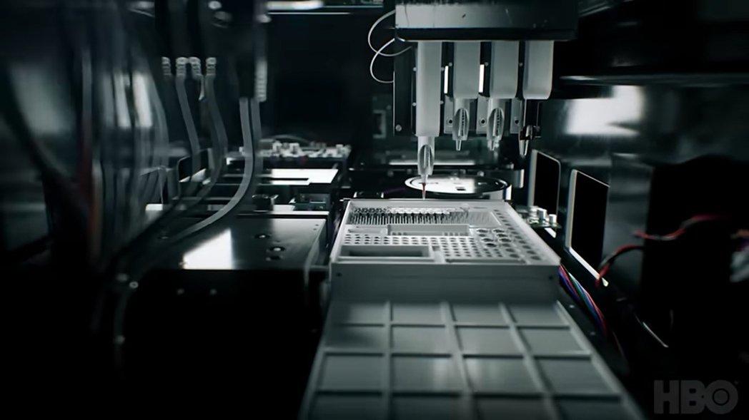 圖為「愛迪生」裝置的內部示意圖,原本Theranos的構想是透過機械手臂上的微型...
