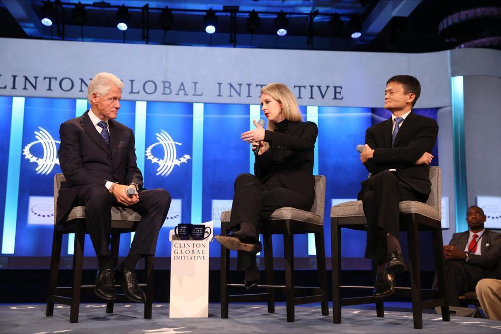 2015年,美國前總統克林頓在紐約的「克林頓全球倡議年會」上,與馬雲和霍姆斯交談...