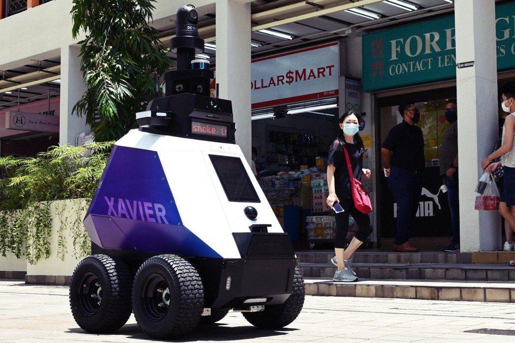 新加坡在今年9月初推出名為「 Xavier」巡邏機器人的測試計劃,執行巡邏警察的...