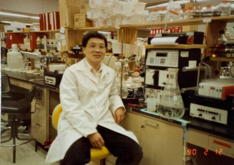 張德明在哈佛醫學院一面擔任研究員,一面攻讀生物學,忙碌的工作如同實驗器材一樣,多...