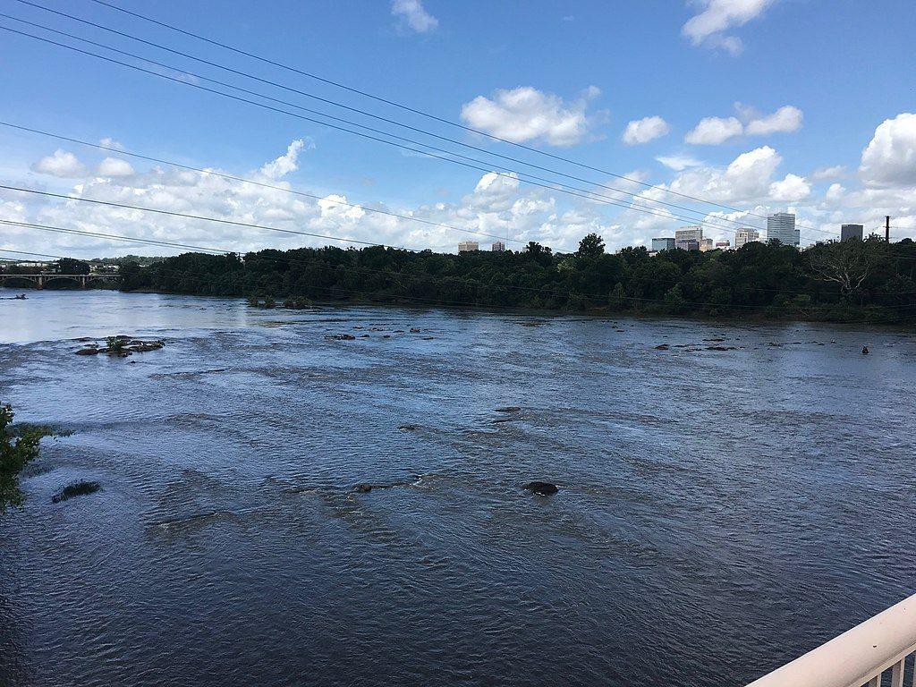 這群投資人成立名為哥倫比亞合資的公司,提議在州府南方的一大片土地,斥資十億美元興建一座「城中城」。那塊土地位於康加里河(Congaree River)沿岸,在土築堤防後方的一片歷史性氾濫平原。圖為康加里河。 圖/Dr. Blazer(維基共享資源)