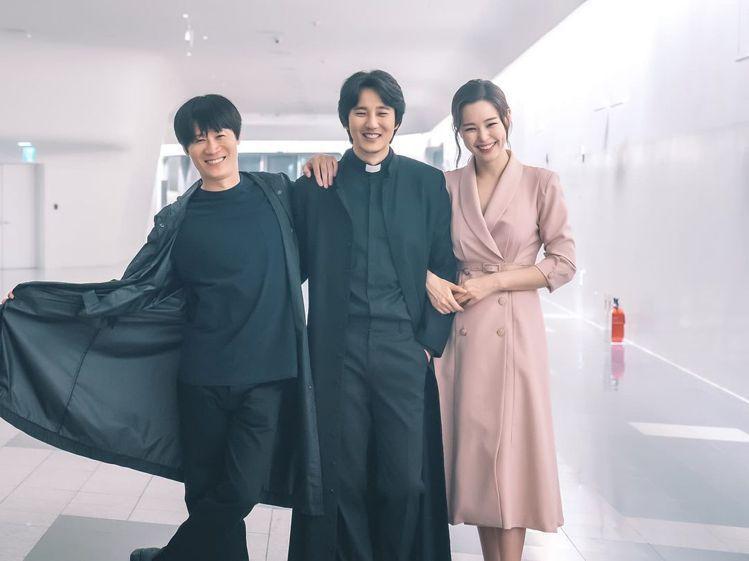 (左起)來外送炸雞的陳善圭代表《雞不可失》、神父金南佶是影射了她之前演出的《熱血...