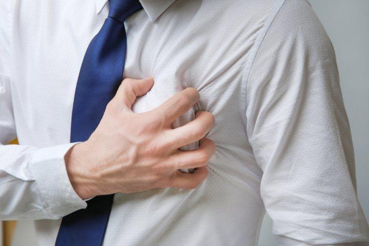 有人形容心臟病發作的感覺就像一隻大象坐在胸口一樣,是突然、劇烈、擠壓性的胸痛。 ...