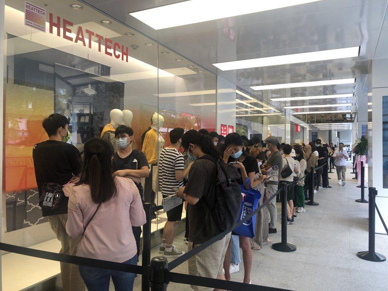 UNIQLO TAIPEI全球旗艦店今日開幕,吸引近300人排隊搶鮮體驗。記者曾智緯/攝影