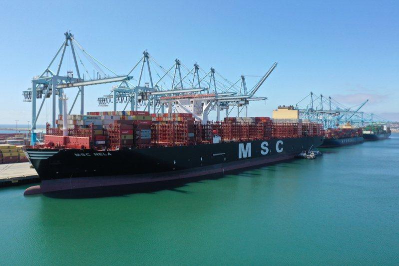 根據《彭博》報導,貨櫃持續短缺導致航運價格比1年前飆升10倍,運輸延宕導致各項原物料成本飆。路透
