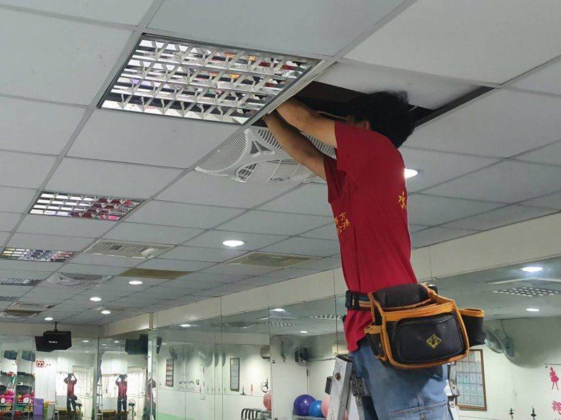 台南市經發局補助商圈進行節能改善,大大省下電費。圖/經發局提供