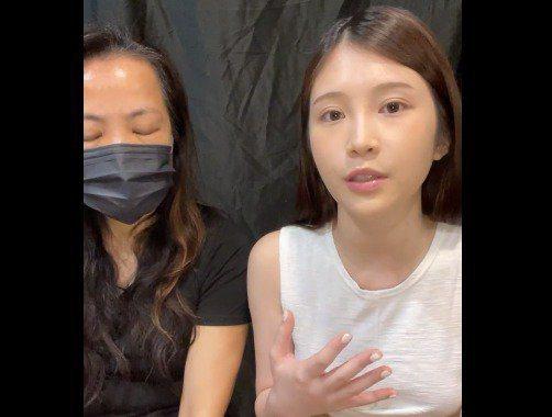 鄭家純(右)和經紀人康姐一起開直播。圖/摘自臉書