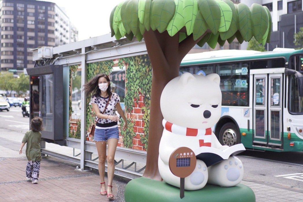 Janet同框可愛北極熊車站,呼籲重視節能減碳。圖/動能意像提供