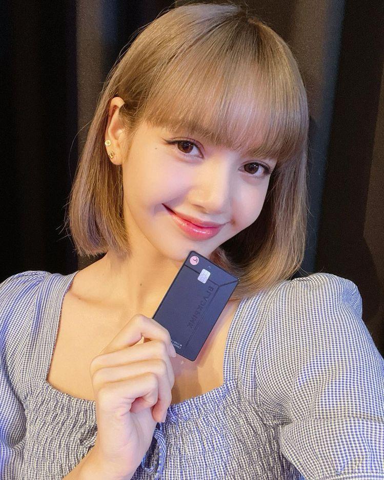 Lisa穿法國品牌Rouje篷蓬袖上衣,可愛甜美。圖/取自IG