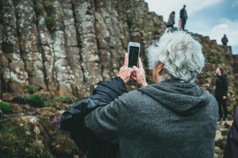 熟齡族喜歡用手機拍下美景,但大量的照片如何保存與管理?學會使用雲端相本是很實用的...