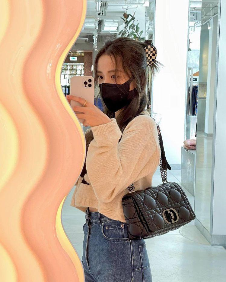 Jisoo在巴黎「巧遇」來自義大利設計師Ettore Sottsass所創作的鏡...