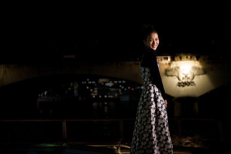 Jisoo在夜間與巴黎鐵塔的合影是各種浪漫氛圍的美圖。圖/DIOR提供