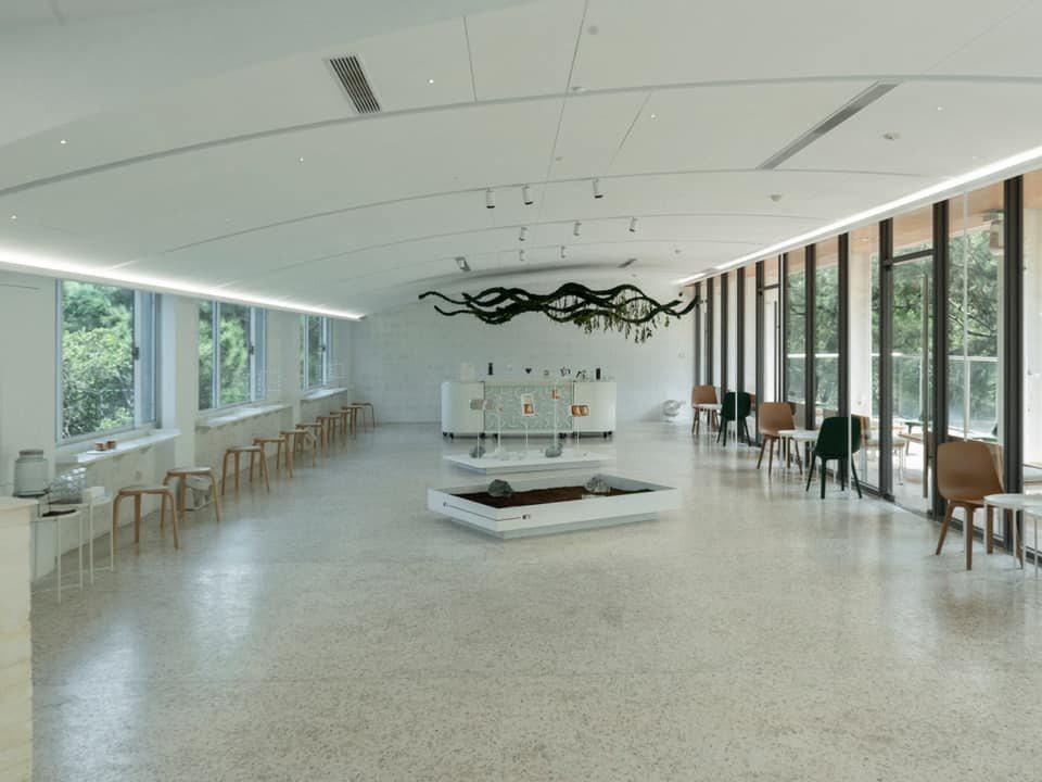 春室位於新竹公園,建築被蓊鬱樹木圍繞著,玻璃工藝與日常連結出三層樓觀覽體驗,展示...