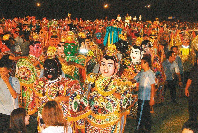 2011年的高雄左營萬年季10月9日晚開幕,203尊電音三太子同場跳台客舞,也創下金氏紀錄。圖/聯合報系資料照片