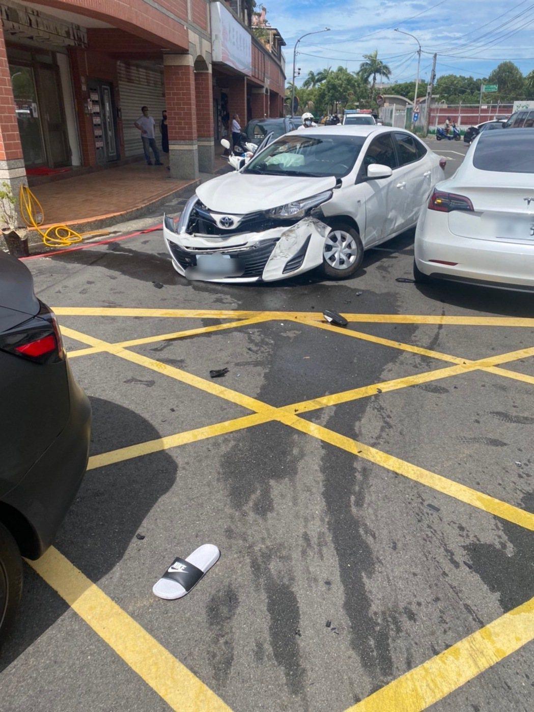 黃男等人駕駛租來的Toyota,因小擦撞竟企圖押走林姓男子,白色特斯拉為救援撞爛...