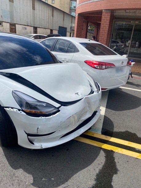 小擦撞卻引發大亂鬥 特斯拉衝撞Toyota車頭救朋友