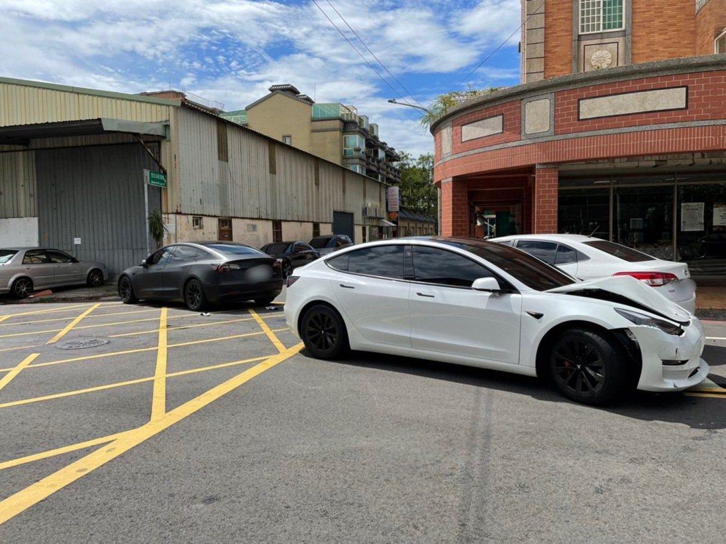 白色、黑色2輛特斯拉昨在龜山區和另1輛Toyota發生行車糾紛,爆發當街擄人衝突...