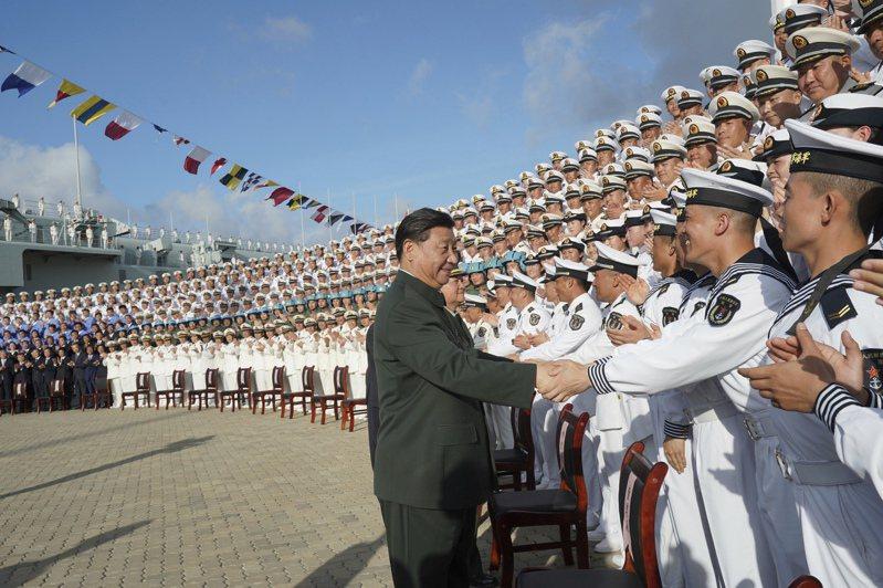 中共領導人習近平今在念辛亥革命110周年大會談話中,再度表明「以和平方式實現祖國統一」被視為是跟國內的武統派對話,圖為習近平登上遼寧號。美聯社